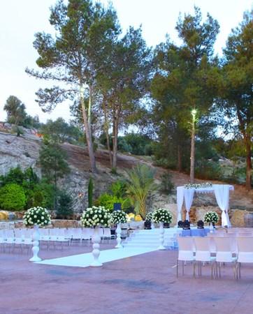חתונה בצלע ההר: שילוב של פשטות כפרית וסגנון מלכותי