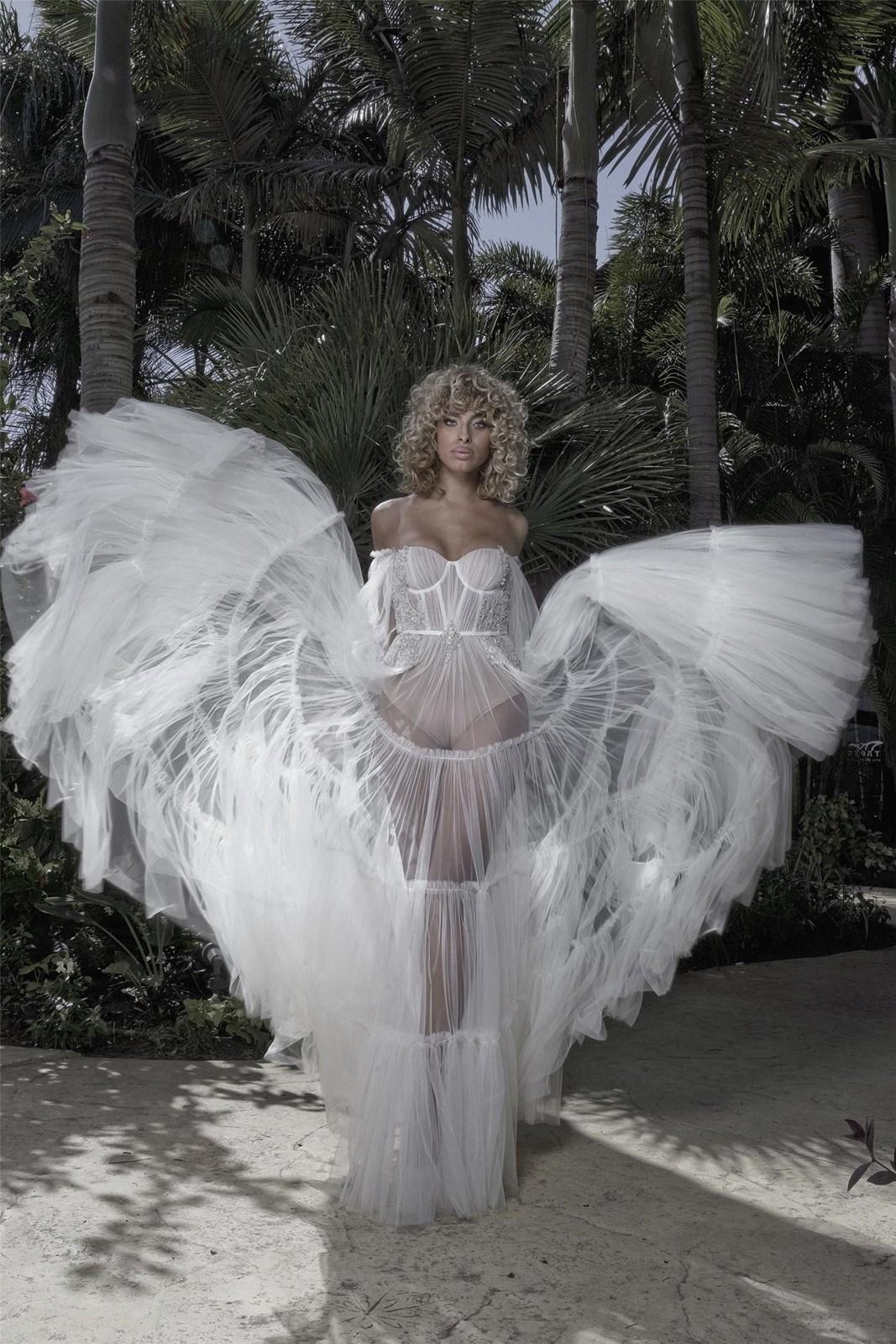 רומי אברג'ל בשמלה של עידן כהן (צילום: בן לאון)
