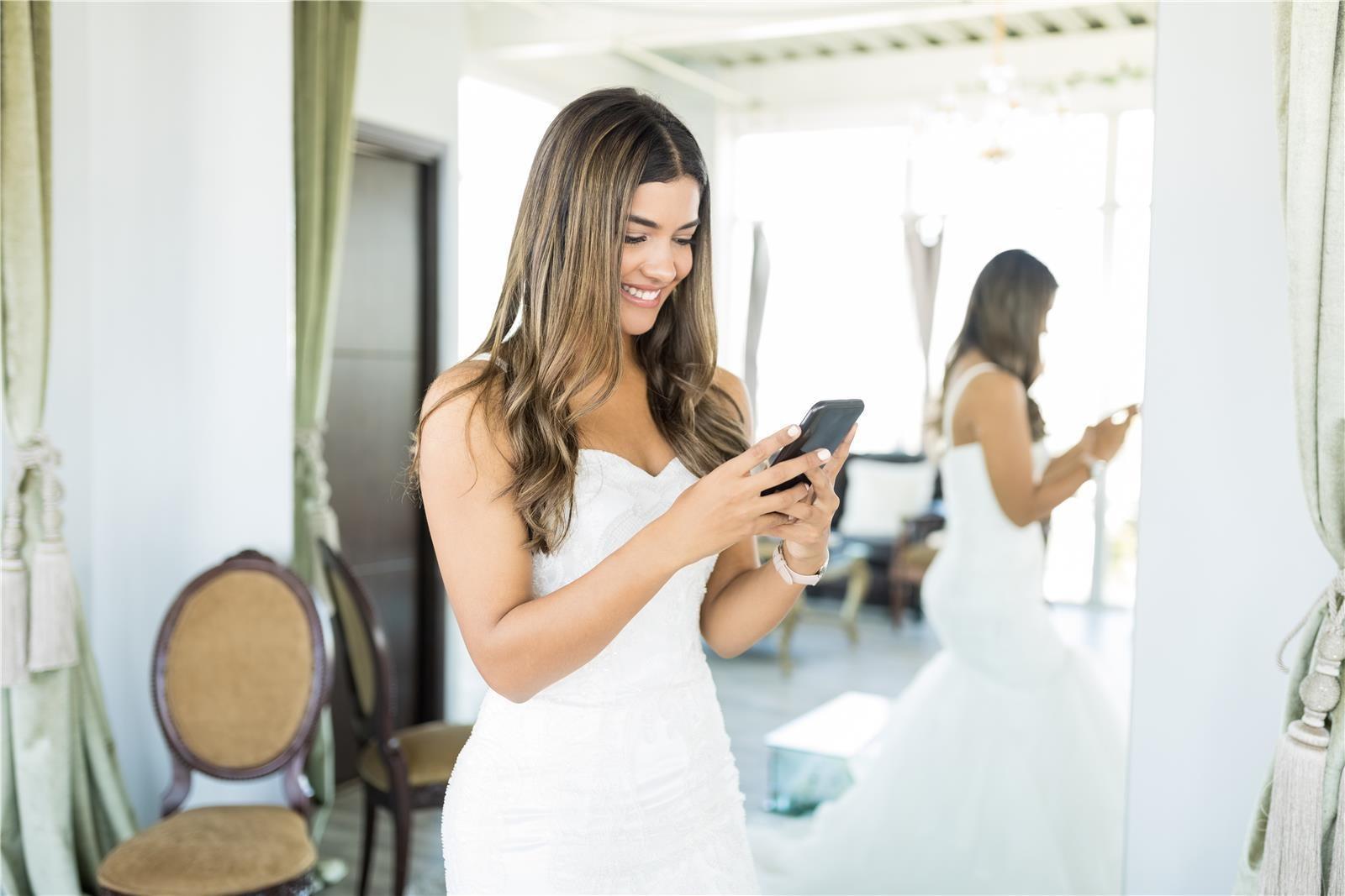 כלה עם טלפון נייד ביד (צילום: Shutterstock)