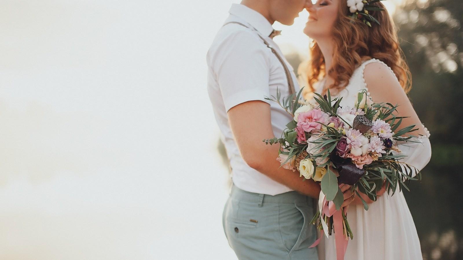 אצלנו בחצר: חתונות בצל הקורונה, מקום לחגוג, 1