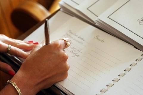 רשימת מוזמנים לחתונה (צילום: Shutterstock)