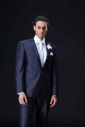 חליפה שחורה עם חולצה לבנה