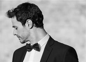 חליפה בהירה לחתנים