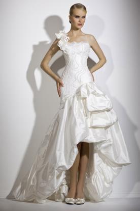 שמלת כלה אסימטרית עם נפח