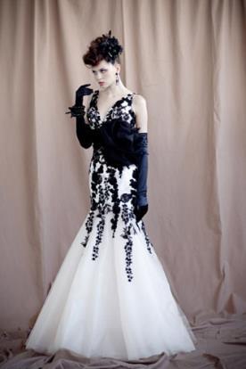 שמלת ערב שחור לבן עם פרח