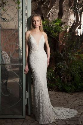 שמלת כלה מתחרה עבה עם מחשוף עמוק