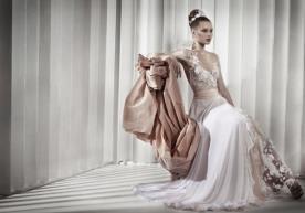 שמלת כלה אסימטרית עם שסע בשילוב בד אורגנזה מקושט