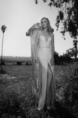שמלת כלה: שמלה עם כתפיות דקות, קולקציית 2016, שמלה בסגנון רומנטי, שמלה עם תחרה, שמלה עם מחשוף, שמלה עם שסע, שמלה בצבע לבן - דורין גורן - עיצוב שמלות כלה