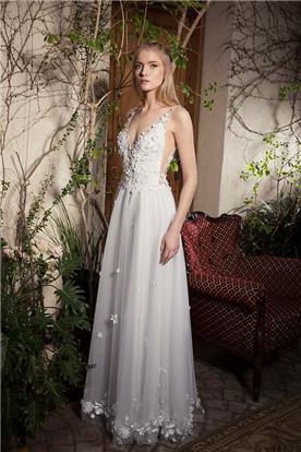 שמלת כלה עם חצאית מנופחת וקישוטי פרחים