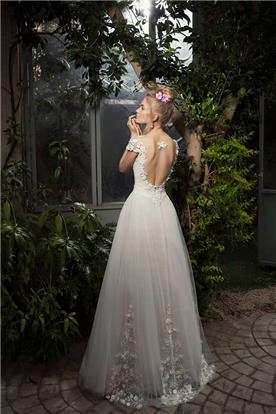 שמלת כלה עם חצאית מנופחת וקישוט תואם בטופ ובחצאית