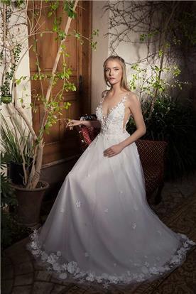 שמלת כלה קסומה עם עיטורי פרחים בטופ ובקצה החצאית