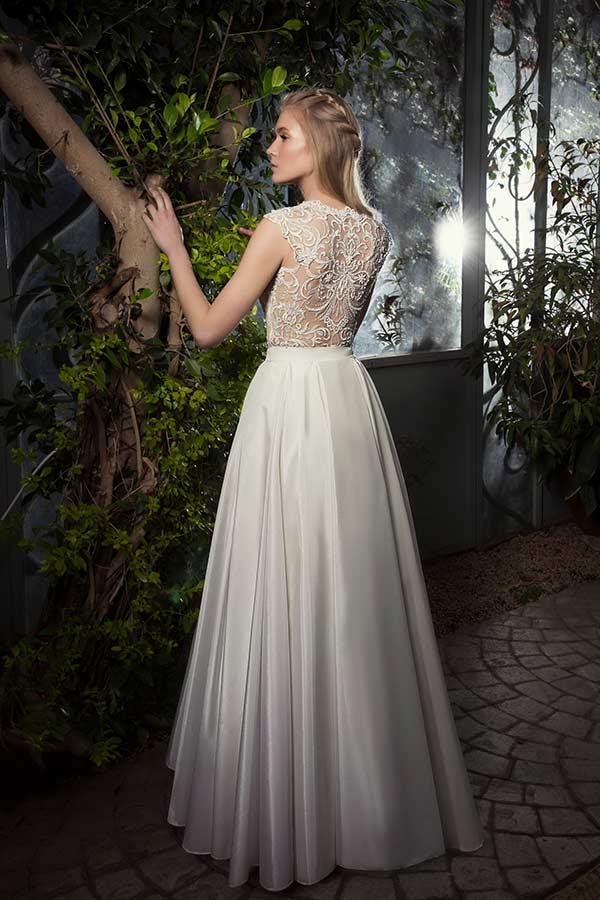 שמלת כלה עם חצאית רחבה וגם חשוף בקישוט תחרה