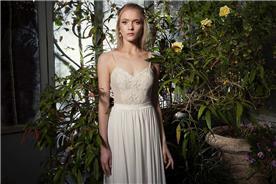 שמלת כלה אלגנטית עם כתפיות וחגורה