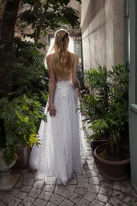 שמלת כלה קסומה עם אפליקציה מיוחדת בגב