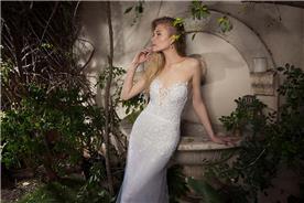 שמלת כלה סטרפלס צמודה עם קישוטי עלים