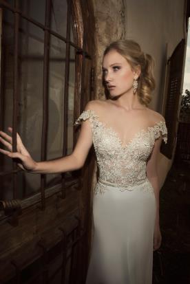 שמלת כלה עם תחרה וכתפיים חשופות
