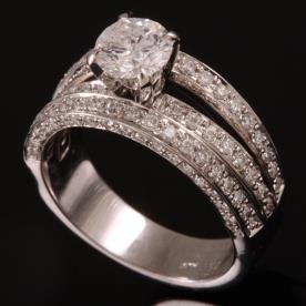 טבעת אירוסין יהלום בחלק העליון
