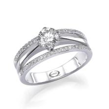 טבעת אירוסין עם יהלום גדול