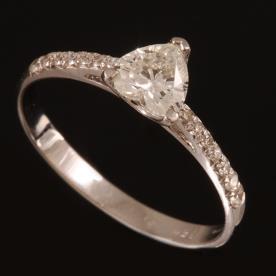 טבעת אירוסין יהלום לב קטן