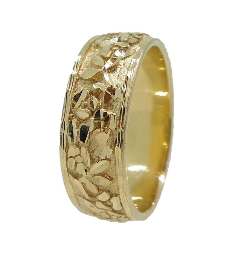 טבעת עם חריטות גסות רומנטיות