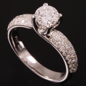 טבעת אירוסין יהלום גדול במרכז
