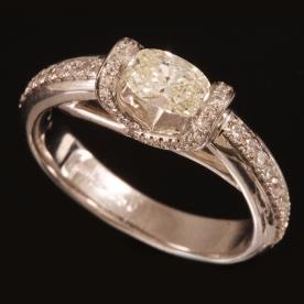 טבעת אירוסין יהלום אליפטי קטן