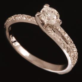 טבעת אירוסין אסימטרית צרה