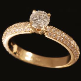 טבעת אירוסין מוקפת יהלומים