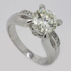 טבעת אירוסין יהלומים קטנים בצד
