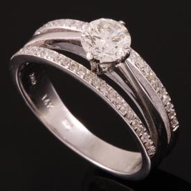 טבעת אירוסין יהלום בין שתי שורות