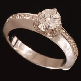 טבעת אירוסין חתך צר ליהלומים