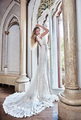 שמלת כלה מרשימה עם שובל ארוך
