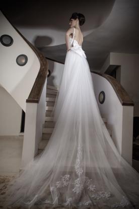 שמלת כלה עם שובל טול ופפיון