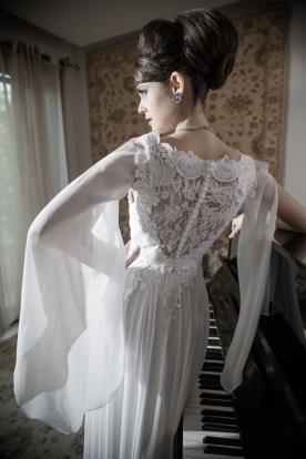 שמלת כלה תחרה וגב פנינים שרוול