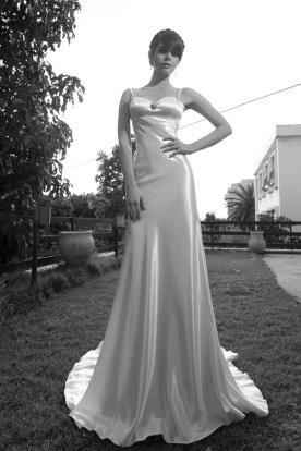 שמלת כלה קלאסית חלקה ומחשוף