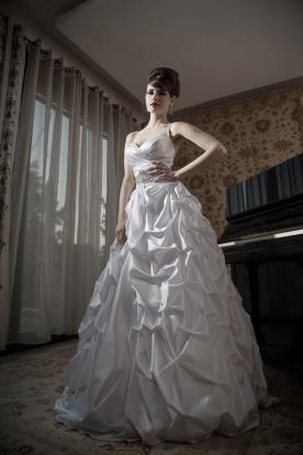 שמלת כלה נפוחה כיווצים וחגורה