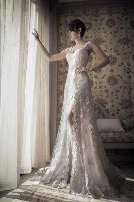 שמלת כלה אלגנטית עם שסע