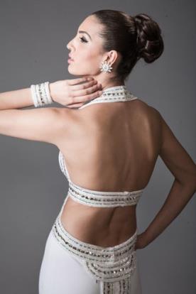 שמלת כלה עם פתחים בגב מעוטרים