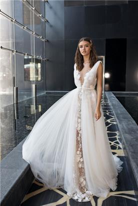 שמלה מתנפחת עם תחרה באמצע