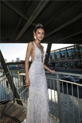שמלת אורגנזה עם מחשוף עמוק
