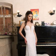 שמלת כלה עם תחרה ושובל