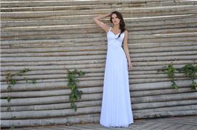 שמלת כלה עם קישוטי תחרה עדינים בחלק העליון