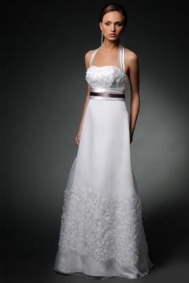 שמלת כלה עדינה עם חגורת מותן שחורה