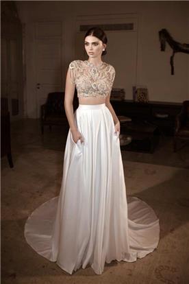 שמלת כלה: שמלת סאטן, שמלה בגזרה נשפכת, שמלת שני חלקים, שמלה עם חגורה במותן, שמלה בסגנון רומנטי, שמלה עם תחרה, שמלה עם שרוולים, שמלה בצבע לבן - גלית רוביניק