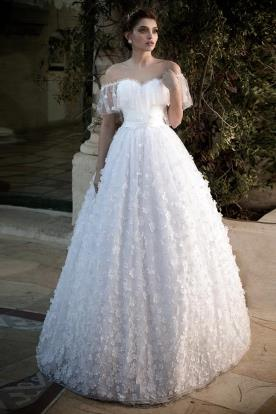 שמלת כלה: שמלה עם חגורה במותן, קולקציית 2016, שמלה בסגנון רומנטי, שמלה בסגנון קלאסי, שמלה נפוחה, שמלה עם תחרה, שמלה עם חרוזים, שמלה עם טול, שמלה בגזרת A, שמלה עם מחשוף, שמלה עם מחוך, שמלה עם שרוולים, שמלה עם כיווצים, שמלה בצבע לבן, שמלת מקסי - גלית רוביניק