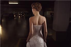 שמלת כלה: שמלה בסגנון רומנטי, שמלה בסגנון קלאסי, שמלה עם תחרה, שמלה עם גב חשוף, שמלה בצבע לבן, קולקציית 2017 - אירנה בורשטיין - שמלות כלה וערב