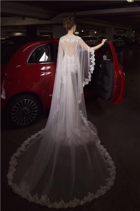 שמלת כלה עם גלימת תחרה וגב חשוף