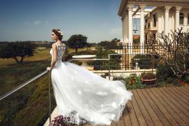 שמלת כלה מטול נפוח עם קישוטי פרחים