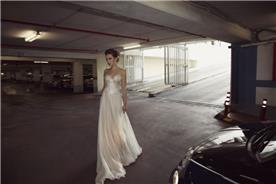 שמלת כלה סטרפלס עם תחרה וחצאית שיפון