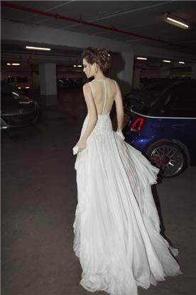 שמלה עם גב פתוח בקישוט פסי חרוזים